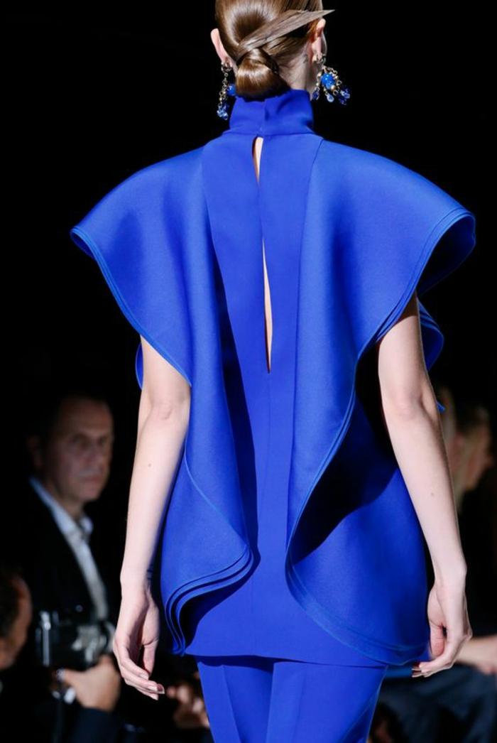 tunique en bleu royal avec des manches courtes qui se transforment en volants larges, tenue chic détail choc