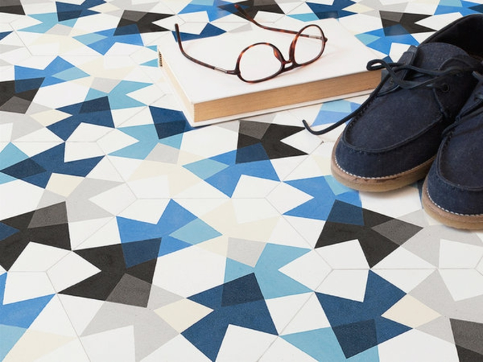 sol vinyle imitation carreaux de ciment, sol aspect carrelage mosaique, chaussures et livre