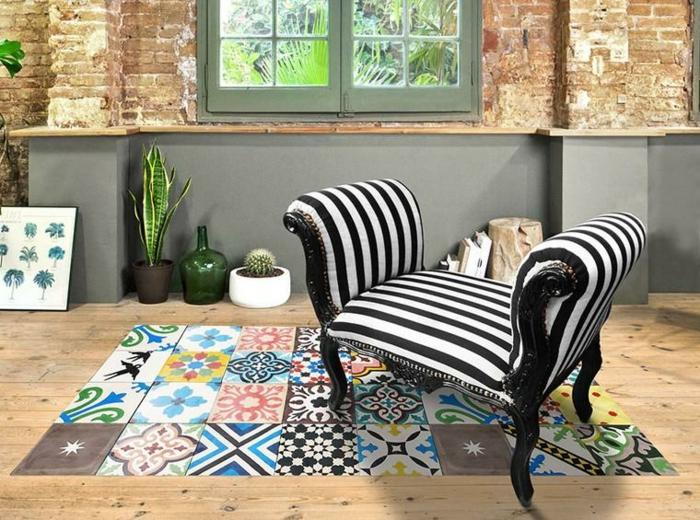 sol vinyle imitation carreaux de ciment, chaise à rayures noires et blanches, petit tapis vinyle