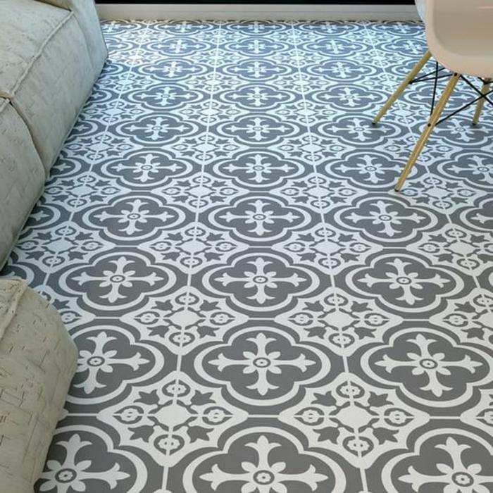 sols vinyles, revêtement du sol en gris et blanc, sofas bas moelleux, chaise scandinave