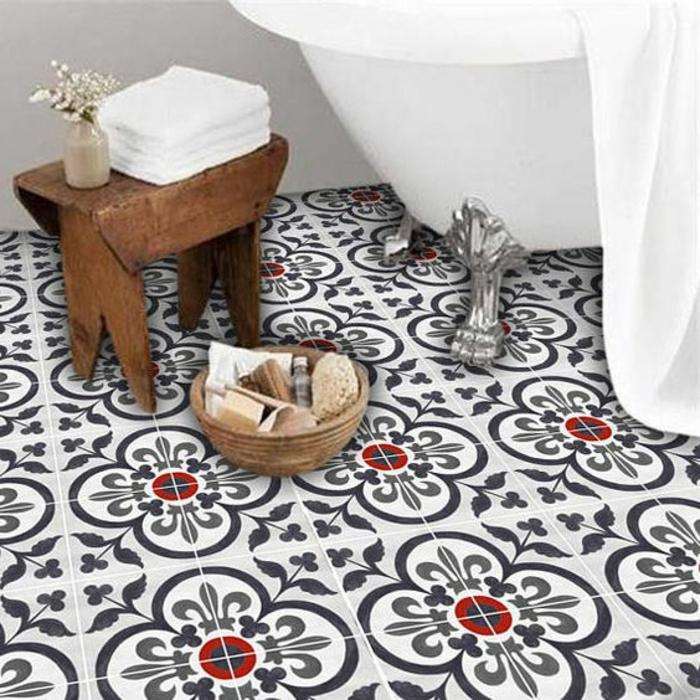 sols vinyles, sol en couleurs noir, blanc et rouge, petit tabouret de bain, aménagement salle de bain boho chic