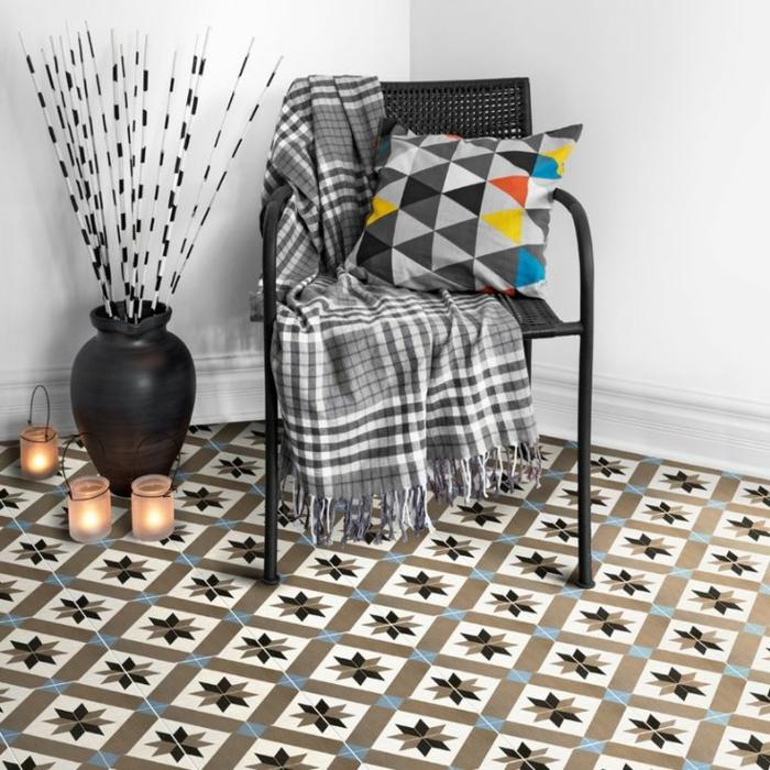 chaise métallique, vase noir, bougeoirs et bougies allumées, coussin scandinave, sols vinyles