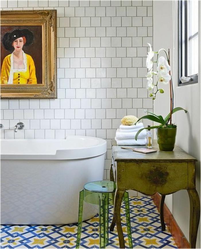 sols vinyles, salle de bain vintage, baignoire blanche, carrelage métro blanc, table ancienne