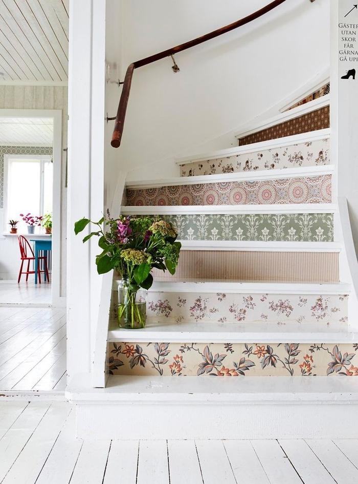 projet de renovation escalier pour créer une ambiance champêtre avec des contremarches revêtus de papier peint vintage à motifs vintage, déco montée d'escalier de style champêtre