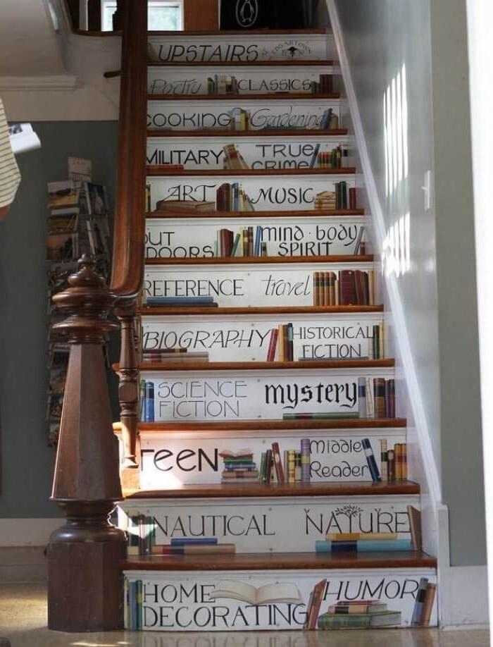 des stickers contremarche escalier au design original pour dynamiser la montée d'escalier étroite