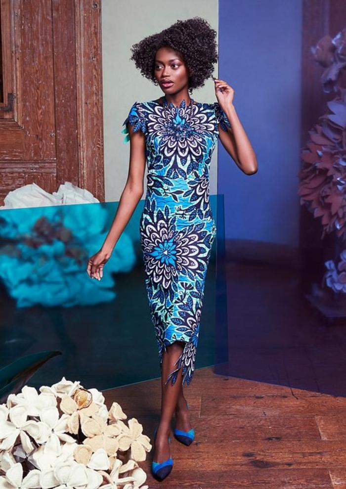 modèle élégant de robe africaine en bleu marine, blanc et bleu électrique, chaussures pointues en bleu électrique