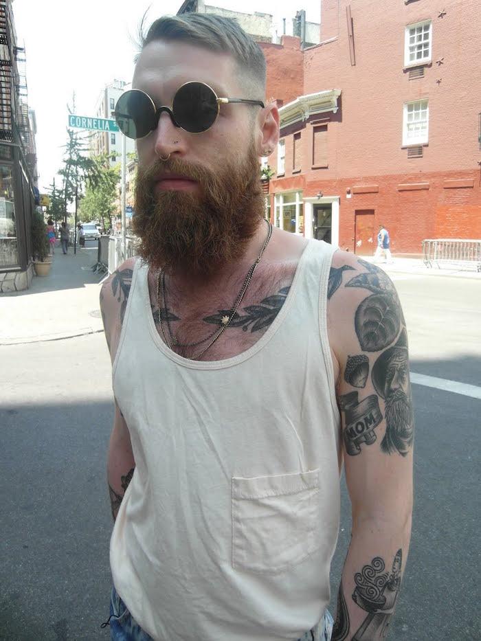 look hipster homme barbe coiffure dégradé tattoo noir et blanc