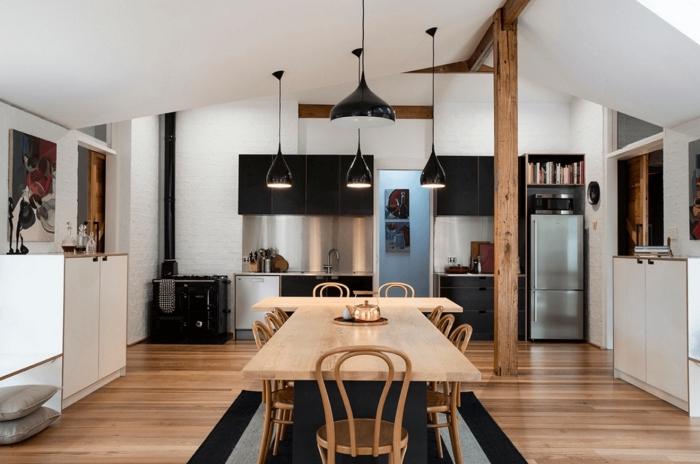 cuisine mansardée aux murs blanches avec colonnes en bois massif et revêtement de sol en bois clair, modeles de cuisine