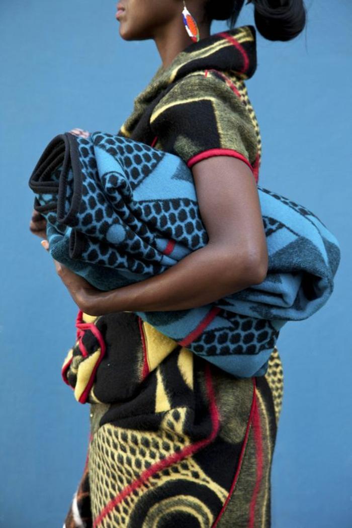 femme avec pagne wax, tunique en laine au motif africain, mode africaine en laine colorée aux applications en rouge e jaune