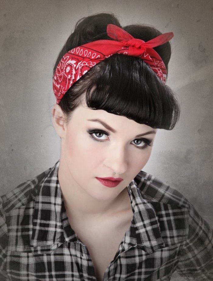 coiffure année 60 rockabilly pin up coupe retro bandana rouge frange vintage femme