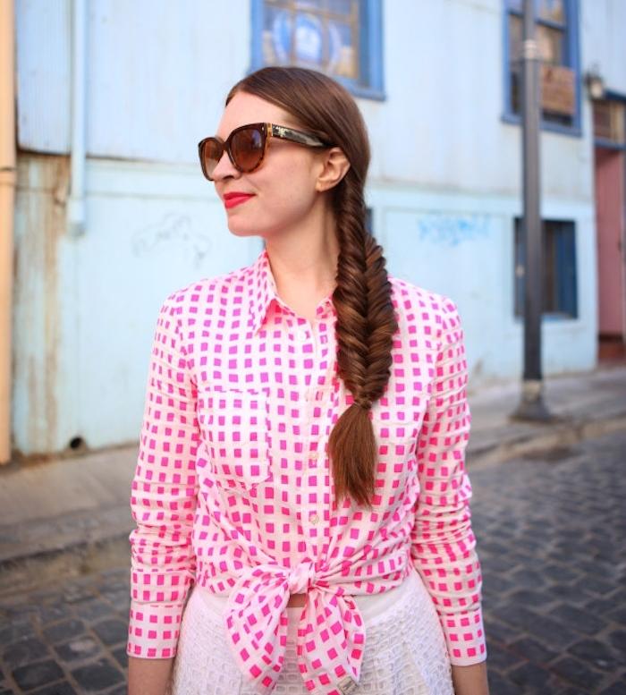 coiffure classique avec tresse de coté volumineux, idée de coiffure femme de tous les jours et tenue décontractée