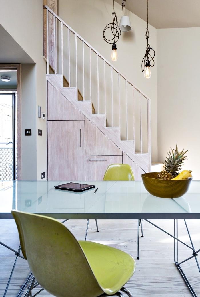 comment décorer la salle à manger avec armoire sous pente, design intérieur aux murs beige et parquet de bois blanc