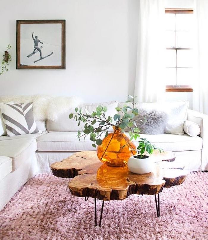 exemple de table nasse bois brut avec plateau en bois naturel et pieds en epingle a cheveux metalliques, tapis rose, canapé d angle blanc