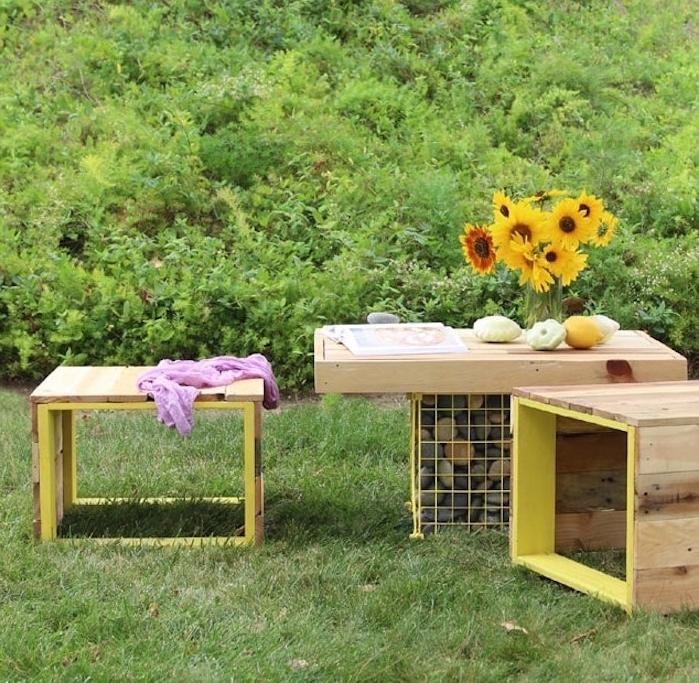 comment réaliser une table basse diy à partir de gabion et plateau en bois avec des tabourets en bois et metal
