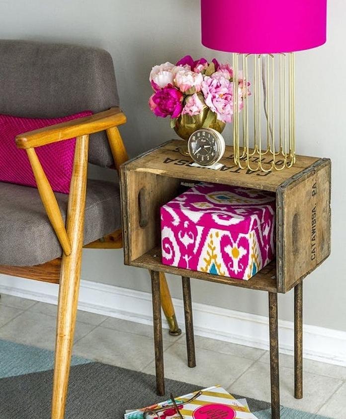 modele de table basse en caisse de bois, pieds metalliques effet doré, deco vintage chic chaise grise