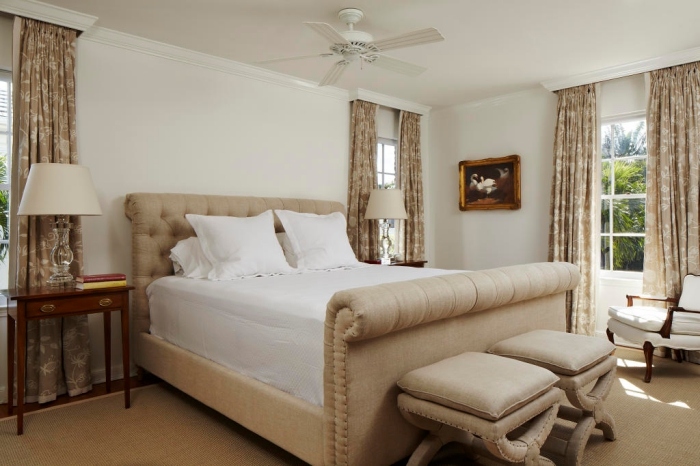 modèle de rideaux longs beige à motifs floraux blancs sur fenêtres à carreaux blanches, grand lit beige avec tête boutonnée