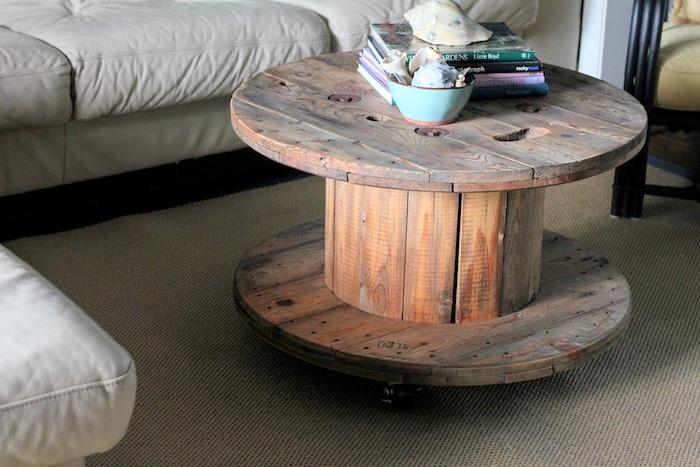fabriquer une table basse, modele de table en touret de bois sur roulettes, bois surface poli, accent rustique chic dans le salon
