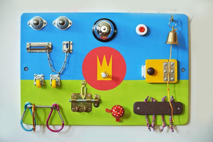 materiel montessori intéressant en tableau d occupation colorée avec de différents éléments pour développement de la motricité fine et les aptitudes sensorielles