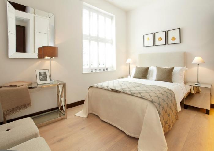 minimalisme et style dans la chambre complete adulte avec lit beige et meubles à finitions métalliques moderne
