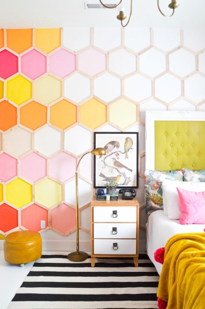 peinture chambre ado en couleurs orange et rose avec cadre diy en bois clair, décoration murale en bois et peinture