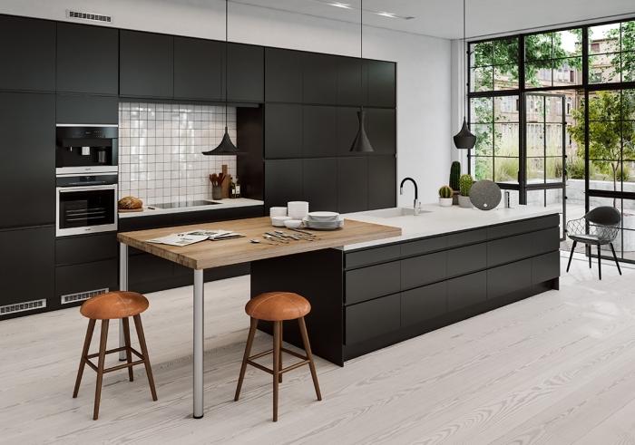 cuisine large ouverte vers le jardin avec porte et fenêtres à carreaux noirs, cuisine bistrot noire avec crédence blanche
