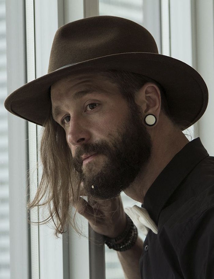 barbe et cheveux longs homme cotés courts style hipster crocodile dundee