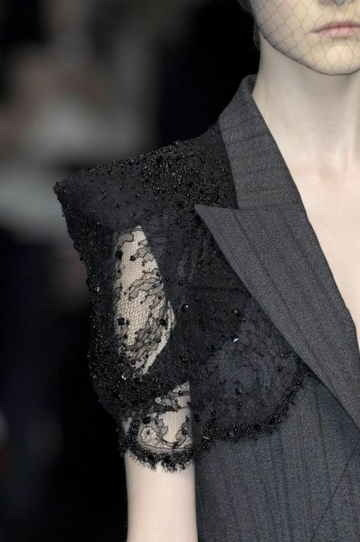 veste de tailleur gris classique, tenue chic détail choc, manche courte avec dentelle noire et épaulette, ornements avec des petites pierres noires brillantes