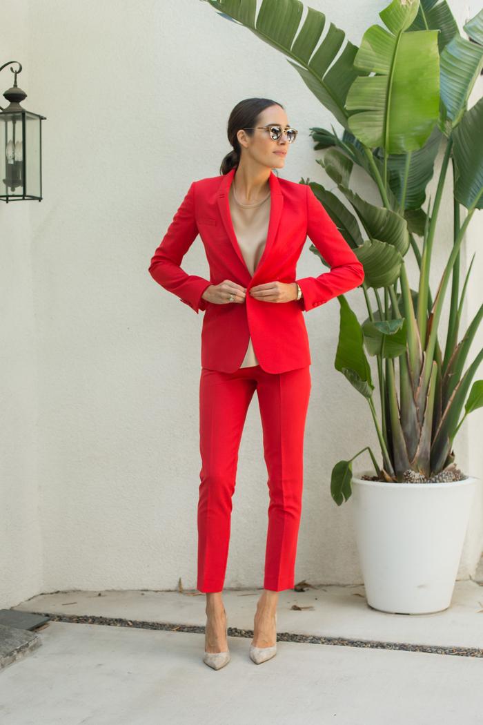un smoking femme associant le rouge et la couleur nude pour une vision à la fois féminine et professionnelle