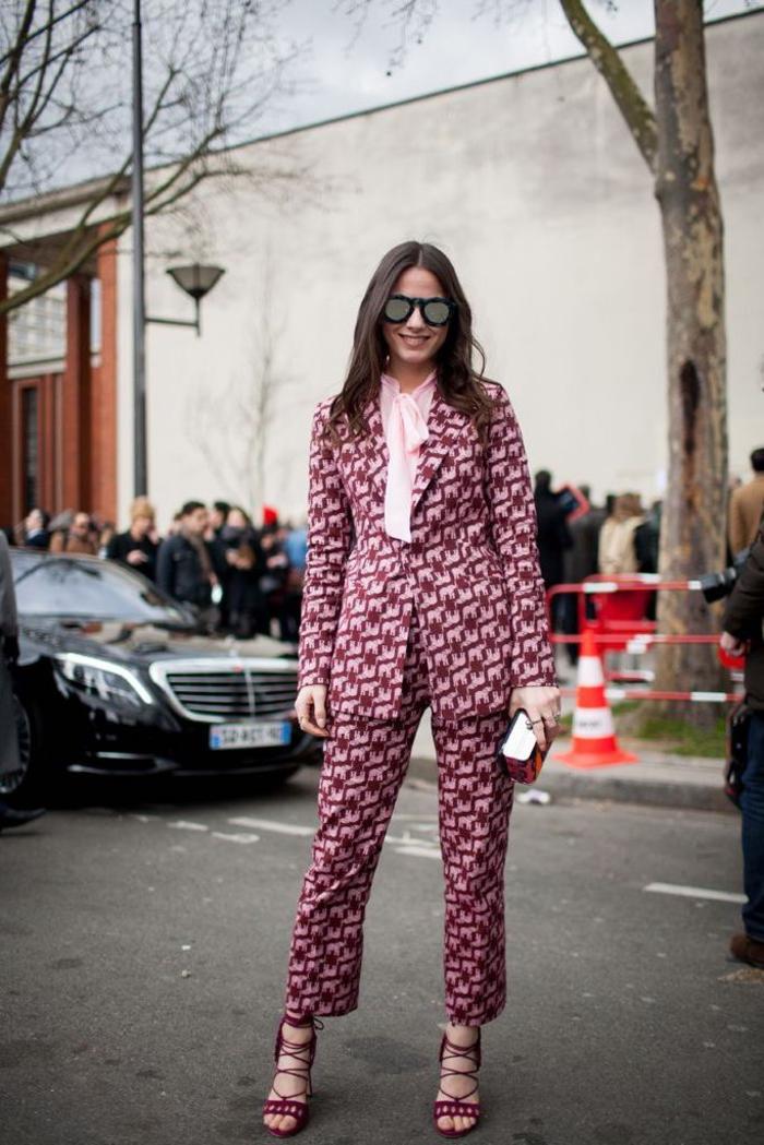 tenue chic femme en tailleur rétro chic en imprimé graphique en rose et bordeaux associé à une chemise rose à col noeud