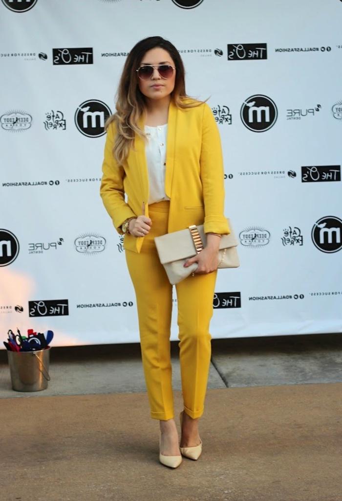vision chic et féminine en tailleur pantalon femme chic de couleur jaune combiné avec des accessoires en tons neutres