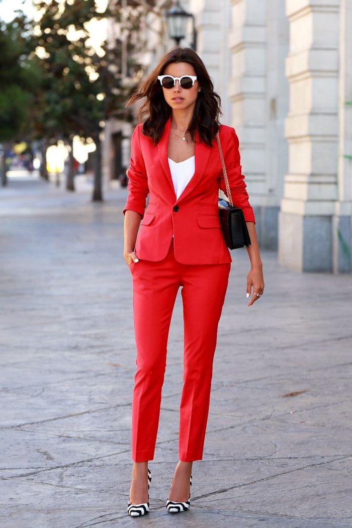vision élégante en costume femme rouge rendue moins formelle par le choix des accessoires originaux