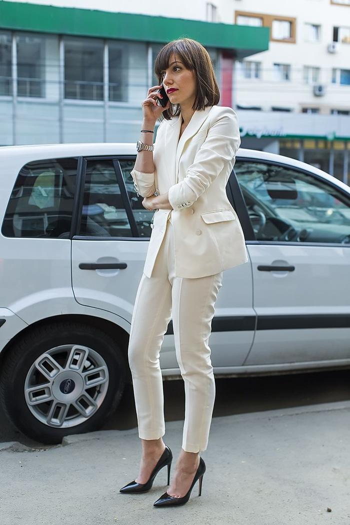 tenue classe femme en ensemble tout blanc porté avec des escarpins noirs élégants, look monochrome à adopter aussi bien au bureau ou qu'en ville