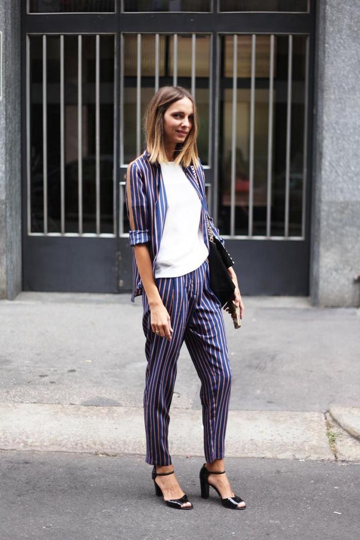 silhouette décontractée en costume femme de style pyjama à rayures combiné avec un simple t-shirt et des sandales ouvertes à talon