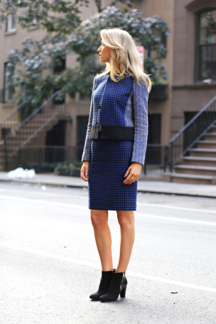 look de working girl élégant en tailleur jupe femme de tweed bleu marine et un côté chic apporté par une paire de bottines en cuir