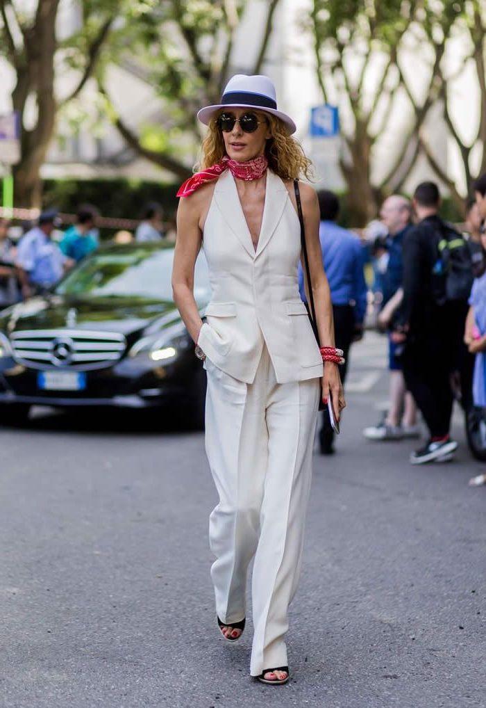 vision chic monochrome idéal pour l'été en ville avec un smoking femme à haut tendance sans manches
