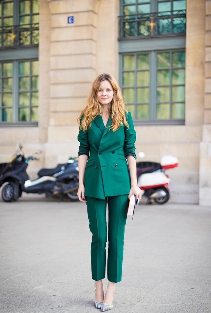 une veste tailleur femme à double boutonnage avec un pantalon de tailleur 7/8 assorti en vert émeraude
