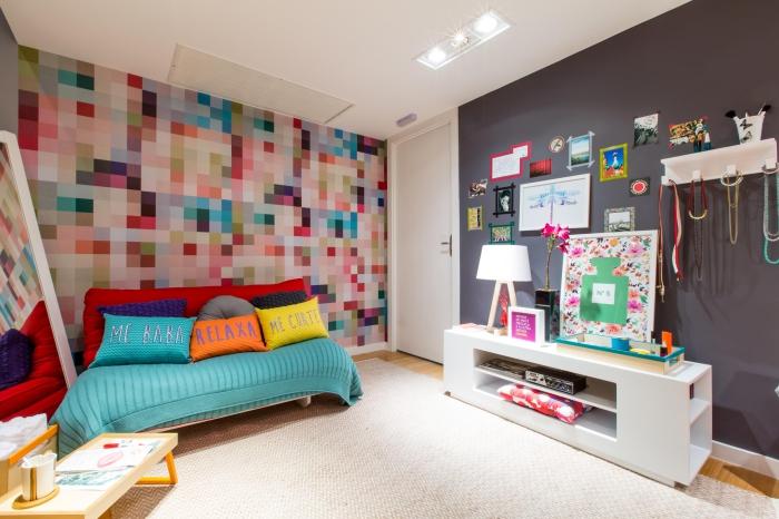 idée déco chambre ado aux murs colorés et plafond blanc, modèles de coussins décoratifs à design coloré avec lettres