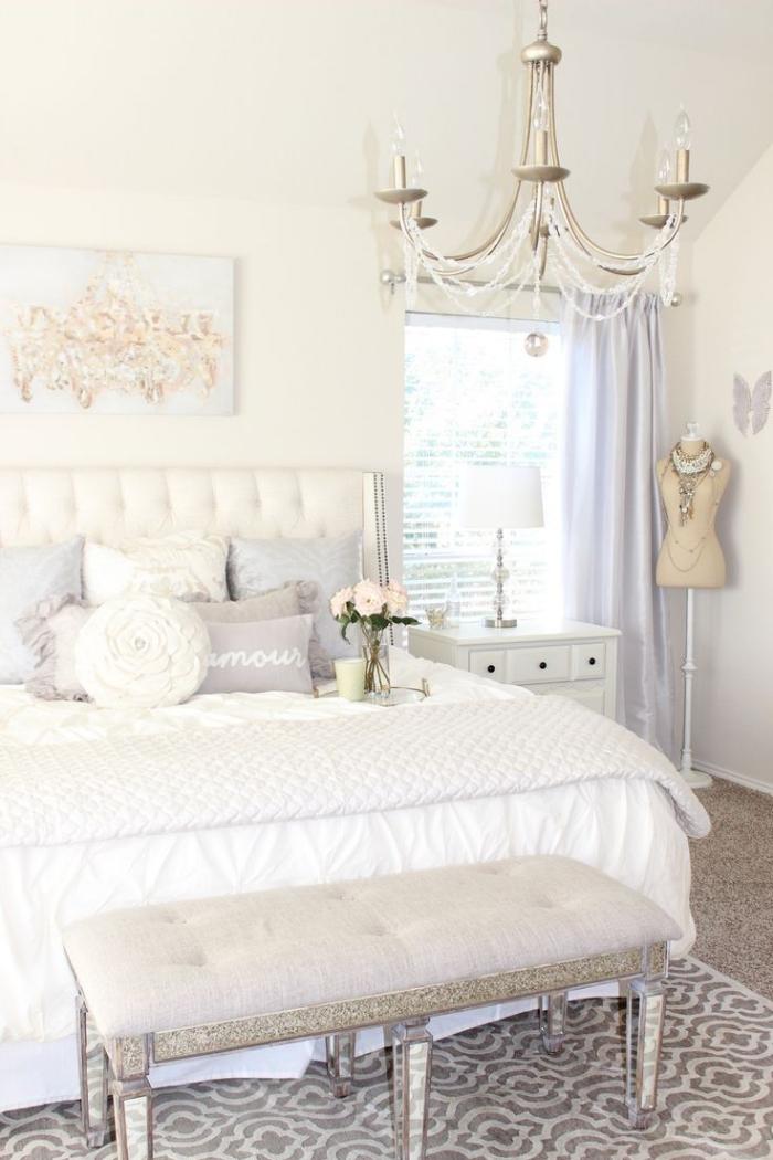 chambre ado avec banc devant le lit et rideaux longs de couleur bleu pastel, modèle de lustre à cristaux en style baroque