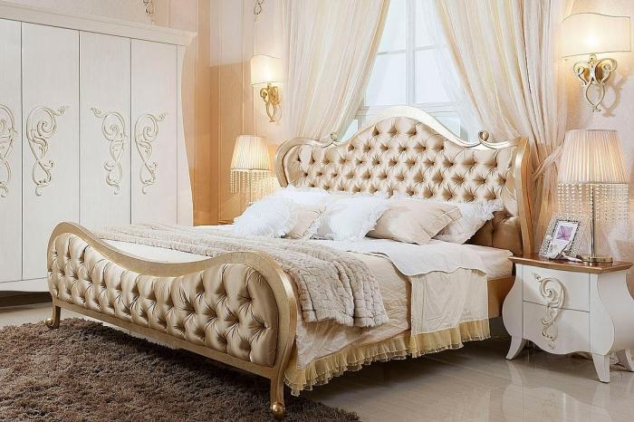 ambiance de luxe et confort dans la chambre a coucher adulte avec garde-robe design à motifs volutes et grand lit à cadre doré