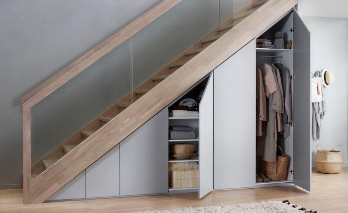 meuble chaussure sous escalier avec portes automatiques sans poignées, déco aux murs gris et bois