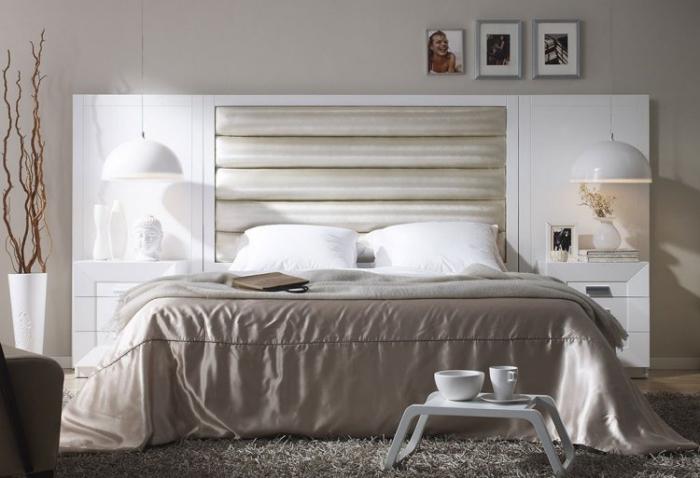 chambre complete adulte à design moderne avec grand lit en tête blanc et tables de chevet encastrées
