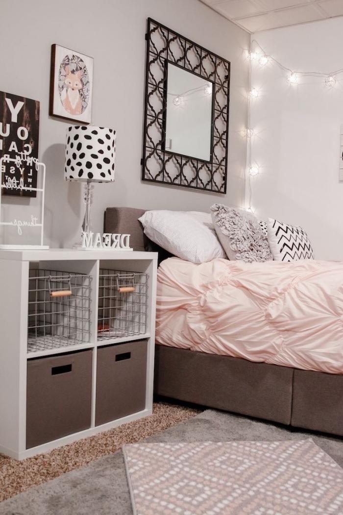 déco chambre ado fille avec guirlande lumineuse et coussins décoratifs en faux fur, lampe diy blanc et noir