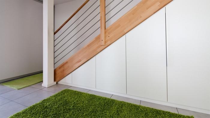 escalier bois clair avec amenagement sous pente à design fonctionnel sans poignées