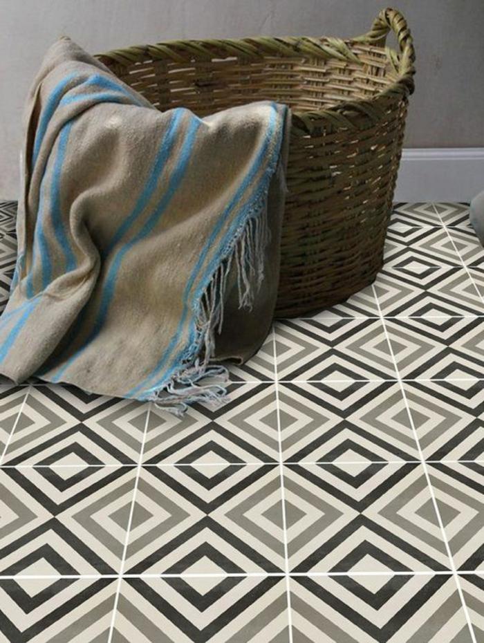 panier tressé, carpette en beige et bleu, tapis vinyle carreaux de ciment, panier rustique