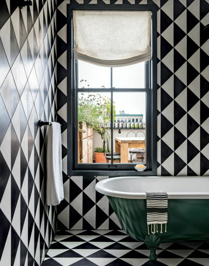 salle de bain en noir et blanc, tapis vinyle carreaux de ciment, baignoire en vert et blanc