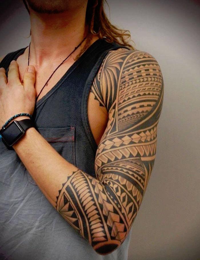tatouage epaule maori bras entier homme tribal tahitien