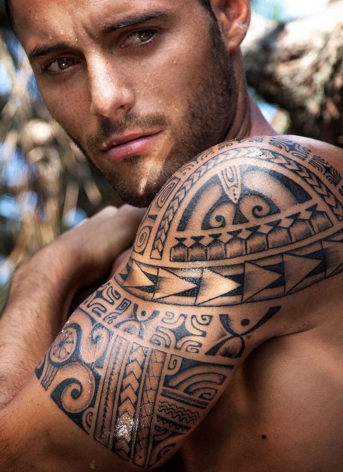tattoo polynesien epaule homme tatouage manchette maori