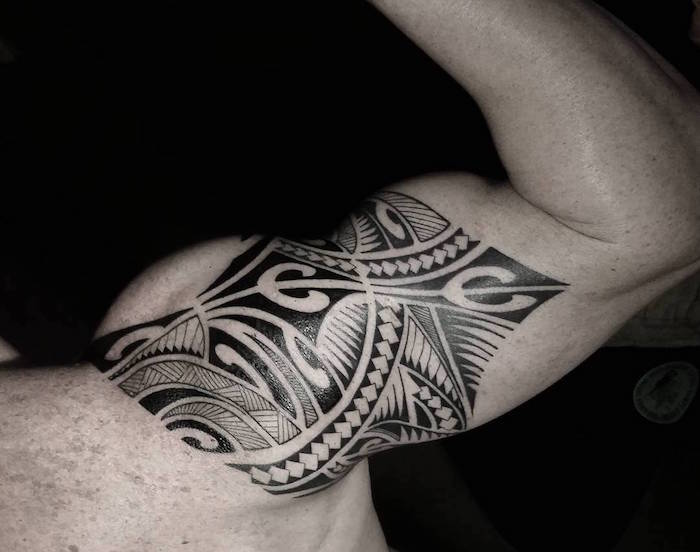 modele tatouage traditionnel maorie bras homme polynesie