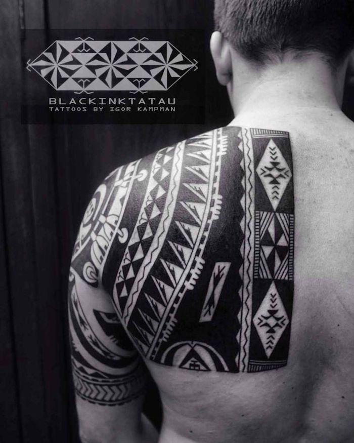 tattoo dos homme style maorie tatouage épaule polynesie