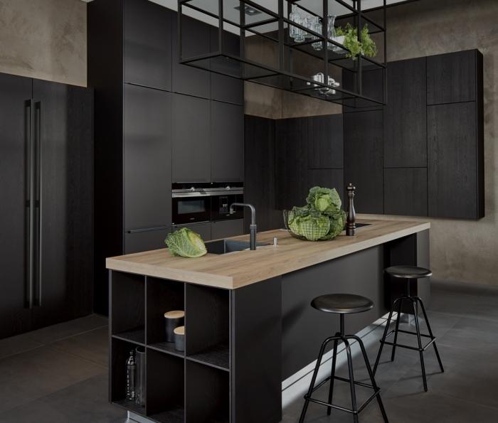 comment combiner le noir matte avec le bois pour décorer la cuisine de style moderne, cuisine bois massif
